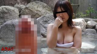 普段はガード固めの人妻が温泉効果でお股のガードもユルユルに!?混浴露天風呂で巨乳人妻に勃起チンポを目撃され逃げるかと思ったら興味深そうに近づいてきた!
