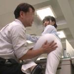 パンティライン丸出しの白パンツスーツを着ているOLは