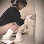 侵入女子校卒業式女子便所4