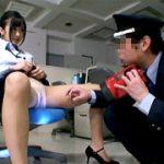 残業中のOLがH動画で発情、巡回警備員をやらしく誘う