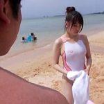 海水浴場で水着から乳首が透けて見えているのに、