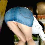 ガチャガチャで戯れる女達のパンチラ盗撮2