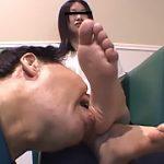 仕事後の足の汚れ舐め取り職人3