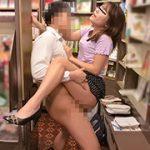 本屋で男子学生にエロ本見せつけたイケない人妻6