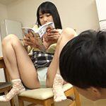 読書中の妹のパンチラ見えたら股間にはじっとり愛液が2
