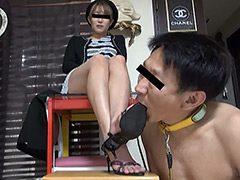電話オペレーターのサンダルとナマ足での踏み舐め