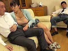 夫が近くにいるのに寝取られたがる不倫妻4 三喜本のぞみ