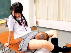 フトモモで顔面をカニばさみする女子生徒